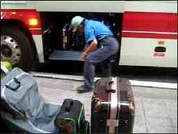 東京警備保障 相模原市南区の空港リムジンバスのポーター
